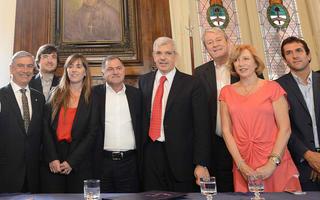 Julián Domínguez junto a los jefes comunales.