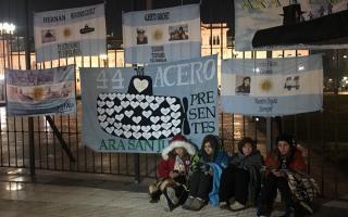 Los familiares se encadenaron a Plaza de Mayo. Foto: @luentin