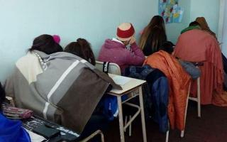 Frío en las aulas: En algunas escuelas bonaerenses los alumnos concurren con frazadas.