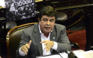 Fernando Espinoza presentó un proyecto para frenar el avance de Farmacity