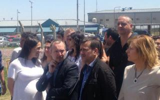 En el ingreso al complejo penitenciario de Ezeiza. Embarazada, Mónica García, la novia de Boudou.