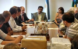 El Ministro Arlía se reunió con autoridades de los municipios y representantes de las empresas oferentes.