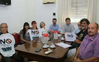 Luchas Ghi reunido con los vecinos que se oponen al funcionamiento del aeropuerto