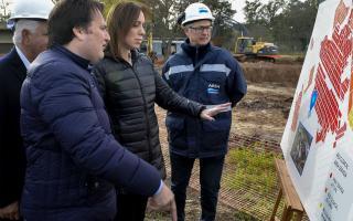 Los funcionarios observan un plano de las obras. Foto: Secretaría de Medios PBA