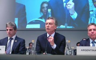Macri flanqueado por el jefe del Banco Central, Luis Caputo, y su ministro de Hacienda y Finanzas, Nicolás Dujovne