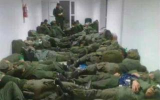 Imagen bélica: Los gendarmes del Conurbano durmiendo en el piso.