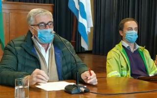 El intendente Osvaldo Dinapoli y junto al equipo de salud