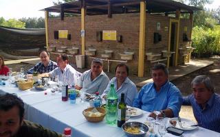 Giustozzi, flanqueado por el Diputado Monfasani y el Intendente Selva, junto a otros dirigentes durante el almuerzo.