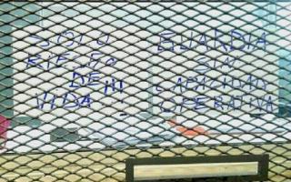 """""""Guardia sin capacidad operativa. Sólo riesgo de vida"""", reza uno de los carteles que aparecieron en el Hospital Posadas."""