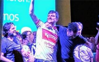 "Eufórico: Ghi festejó su triunfo con la camiseta del ""Gallo"". Foto: @MarianoReyOK"