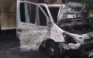 Incendiaron el Hospital Veterinario Móvil en Tres de febrero y las llamas lo quemaron casi por completo