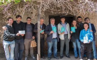Integrantes de La Alameda con funcionarios de Roque Pérez y Mera con el Laudato Sí en la casa donde nació Perón.