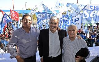 El secretario general del Supeh de Ensenada, Ramón Garaza; el presidente de la Cámara de Diputados, Julián Domínguez; y Antonio Caló, secretario general de la CGT.