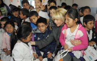 Karina Rabollini visitó una escuela en Lomas de Zamora. Foto: BAnoticias