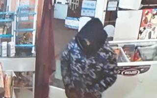 Dos jóvenes robaron un kiosco en menos de un minuto