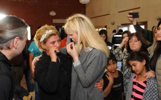 Karina Rabolini visitó a los afectados por las inundaciones.
