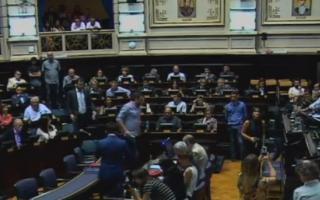 Los legisladores se sientan en sus bancas y se disponen a debatir