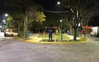 Una plaza vacía en Lomas de Zamora este 16 de abril a la noche. (Foto: @minsaurralde)