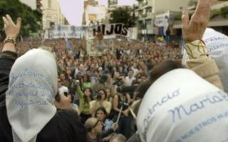 Los pañuelos blancos, símbolo de la lucha por los derechos humanos en la Argentina.