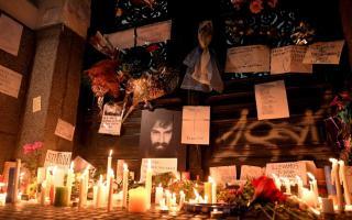 La gente se acercó a la Morgue durante la noche del viernes y colocó velas y carteles.