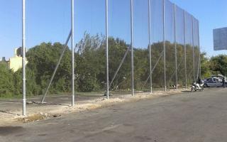 La malla mide 10 metros de alto, por 50 de largo.