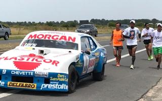 Maratonista unió corriendo Casares y Lobos en homenaje a Roberto Mouras (Foto: Lobos Ya)