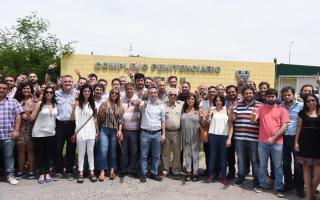 Legisladores en el ingreso al penal de Marcos Paz. No pudieron ingresar pero dijeron que volverán.