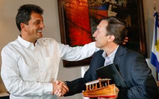 El saludo entre el líder del Frente Renovador y el Intendente de Bahía Blanca. Foto Prensa FR.