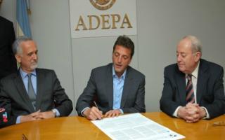 Sergio Massa junto a representantes de ADEPA en la firma de la Declaración de Chapultepec. Foto: Prensa ADEPA