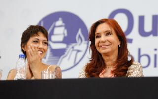 """Quilmes: Mayra Mendoza juró por """"Néstor, Cristina y la militancia"""" con la vicepresidenta invitada"""