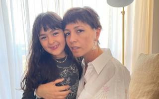 Mayra Mendoza junto a su hija
