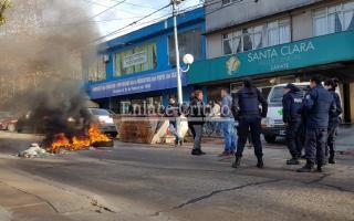 La mujer cortó la calle y prendió fuego unos neumáticos. Foto:EnlaceCrítico