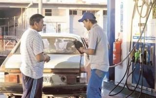 Buscan frenar el impuesto al combustible en el Conurbano.