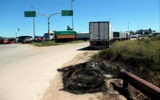 Hubo quema de neumáticos en los ingresos a Quequén (Foto: diario4v.com - Fabián Felipón)