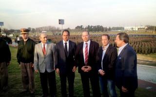 Los funcionarios, antes del acto, en una foto difundida por Martín Insaurralde en su cuenta de Twitter.