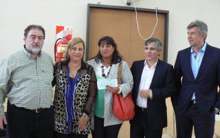 Entrega de cheques a escuelas afectadas por temporal en San Pedro. Foto:Lanoticia1.com