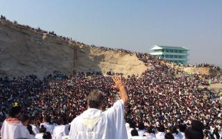 El Padre Pedro, ante miles de personas en Madagascar.