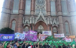 En La Plata: Pañuelazo frente a la Catedral.