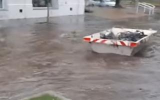 Un volquete flotando en las calles de Pigüé.