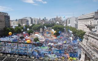 Una multitud se agolpó en la plaza de los dos congresos para apoyar a Cristina.