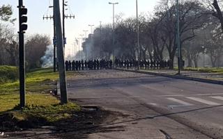 Segundo día de enfrentamientos en la destilería de YPF.