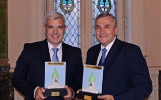 """El Diputado Domínguez y el Senador Morales sostienen el """"Premio Parlamentario"""" con el que fueron distinguidos."""