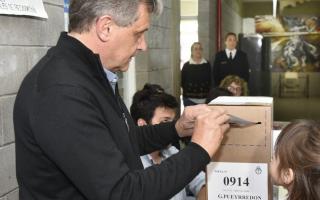 Pulti, al momento de emitir su voto, en la Secundaria Número 3.