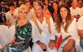 Karina Rabolini junto a Pepe Scioli y su mujer. Foto: Eduardo Aguada / Teleshow
