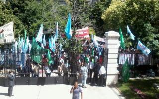 Decenas de militantes se acercaron al recinto de La Plata. Foto: LetraP