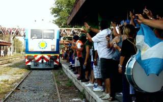 La gente recibió la llegada del tren a Rufino.
