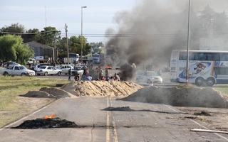 En marzo de 2014 vecinos cortaron la ruta 1001 para exigir su reparación. Foto: LaNoticia1.com