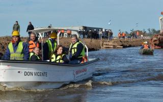 Vidal, a los botes: Supervisó obras hidráulicas en la cuenca del Río Salado (Foto: @AlexCampbellOK)