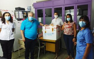 El intendente de Salto recibiendo las dosis para su municipio