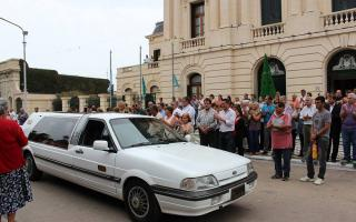 Último adiós a Aldo San Pedro: El cortejo pasó por la municipalidad de Bragado y el intendente saludó al hijo